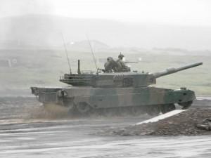 豪雨の中を疾走する90式戦車
