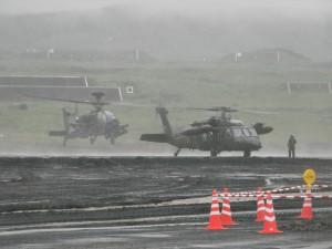 戦闘ヘリ「アパッチ」と多用途ヘリ「ブラックホーク」