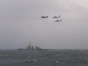 「こんごう」と救難飛行艇「US-2」、「US-1A」