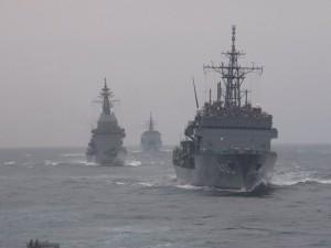 手前から潜水艦救難艦「ちはや」、試験艦「あすか」、訓練支援艦「てんりゅう」