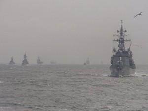 帰投する艦隊。右端は護衛艦「さざなみ」