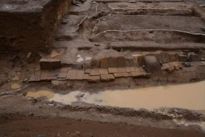 切石敷きの庭園から続く石組み構
