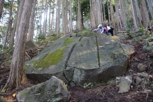 矢穴の残る巨石その一
